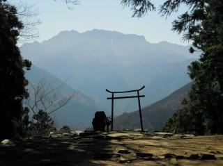 霊峰石鎚山と江戸期の鉄製鳥居