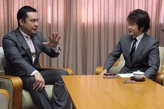 鈴木知事(左)に今年の展望を聞く本紙社長・森昌哉