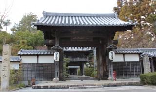 江戸時代初期建立の山門から臨む「塔世山四天王寺」
