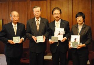 CDと目録を手に…(左から)森本さん、後藤会長、市長、教育長