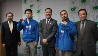鈴木知事と山根さん(中央左)、尾上さん(中央右)