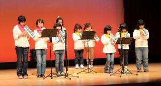 ピアニカを演奏する子供たち