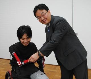 矢野教授と「アクティブギプス」を装着した大石さん(左)
