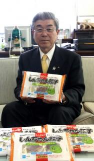 「しんちゃん餃子」を手に…片岡眞郁さん