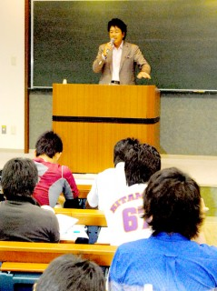 学生らに講話する杉田社長