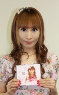デビューシングル『蝶』を手に…希衣さん