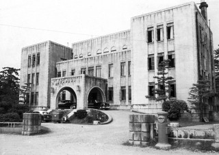 堂々とした建築物として知られた三重県議会議事堂(昭和初期の撮影)