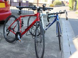 出発を間近に控えた2台の自転車
