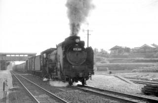 もくもくと煙を上げながら阿漕駅を発車する蒸気機関車(昭和40年頃の撮影)