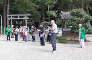 倭の白山比め神社でガイドする会員
