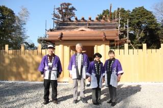 香良洲神社の式年遷座に向け建築中の新本殿と、会員たち