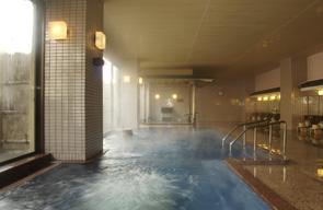 大浴場の大きな湯船「もえぎ」(手前)と源泉かけ流し