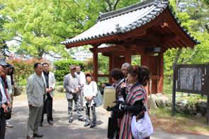 津城跡にある入徳門の前で安濃津ガイド会の説明を受ける氏子たち