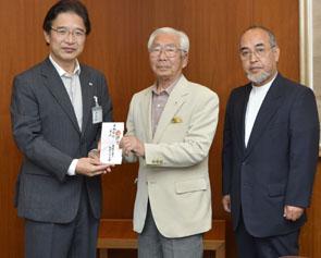 小林賢司会長から前葉津市長に寄付金贈呈(右は津城復元の会の西田会長)