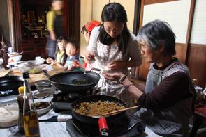坂本幸さん(右)…料理教室で