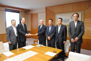 小菅会長(左)から永田県議会議長に要望書提出