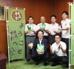 市長と、商品をPRする4事業所の代表者ら