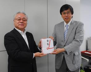 上野専務(左)から笽島茂教授に目録を贈呈