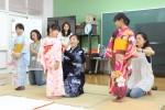 生杉さん(中央)から着付を教わる児童ら