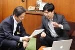 市長に自社の取り組みなどを説明する中川さん