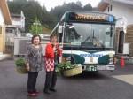 岡根さん(右)と代行バス