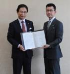 調印書を手に…前葉市長と後藤代表(調印式にて)