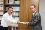 太田支部長(左)から山口副理事長に浄財を贈呈