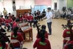 伝統音楽などを披露する台湾の中学生