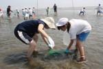 見事に魚を捕まえた児童