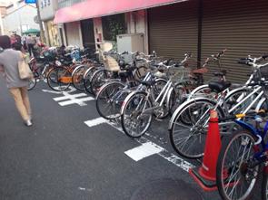夏の野外イベント会場には自転車での来場者も多い