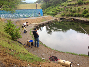 豊かな自然のなかで、幅広い年代の人が釣りを楽しめる釣り堀