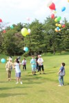 風船を空に放つ参加者たち