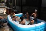 わきあいあいと水遊びを楽しむ子供達