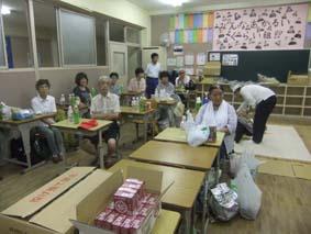 橋南中に避難しTVで台風11号の情報を確認する育生地区の住民ら