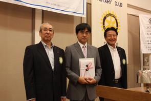 左から岩鶴会長、田中校長、黒川委員長…贈呈式で