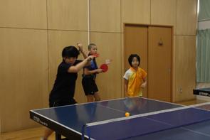 松生卓球道場で練習に励む3人