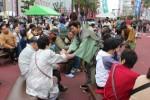高虎楽座で「高虎一代記」を上演した 劇団津演の役者たちも募金活動に協力