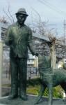 帽子を被った上野博士(久居駅東口)