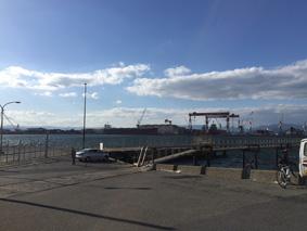 釣りスポット『日本鋼管』で…対岸には建造中の巨大な船