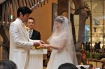 鈴木知事とギャラリーの前で指輪交換