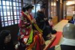 津観音本堂で仏式結婚式を挙げる新郎新婦