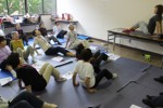 筋力アップ運動に取り組む参加者たち