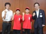前葉市長とともに…藤田君(右)と中垣内君と東監督