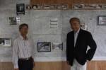 宮崎さん(右)と会員の富田和廣さん…伊勢本街道絵巻の前で