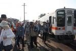 伊勢八太駅で下車した参加者たち