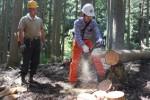 林業体験者の指導をする三浦さん(左)