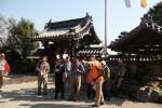 一志町歴史語り部の会会員(手前)が案内…青巌寺で
