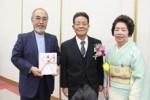 原田さんと昭子夫人から寄附を贈られた西田会長(左)