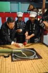新酒のきき酒をする川端社長(左)と山本さん(中)