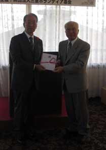 小川委員長(右)から山口副理事長に目録を贈呈